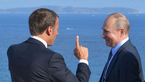 Władimir Putin i Emmanuel Macron podczas spotkania we Francji - Sputnik Polska