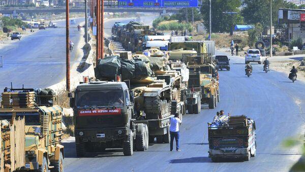 Kolumna tureckiego sprzętu wojskowego na drodze między Ma'arrat an-Numan i Chan Szajchun w prowincji Idlib - Sputnik Polska