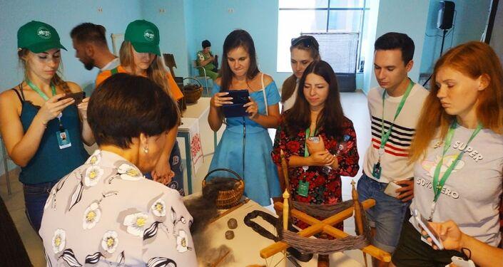 Uczestnicy Forum zapoznają się z rzemiosłem tworzenia chusty orenburskiej