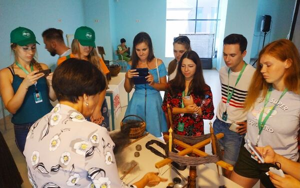 Uczestnicy Forum zapoznają się z rzemiosłem tworzenia chusty orenburskiej  - Sputnik Polska