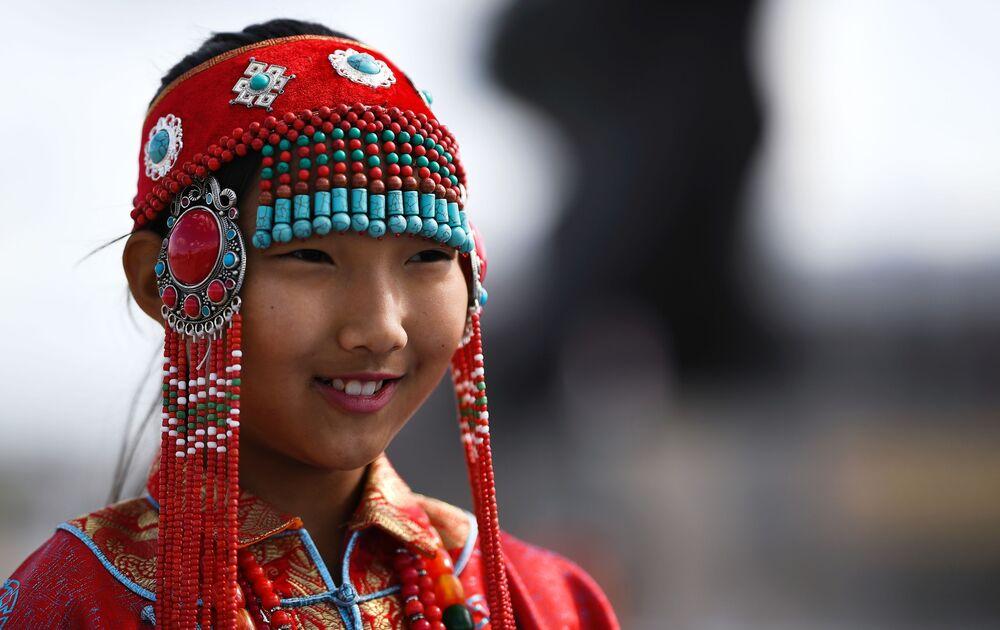 Dziewczynka w tradycyjnym mongolskim stroju w mieście Choibalsan