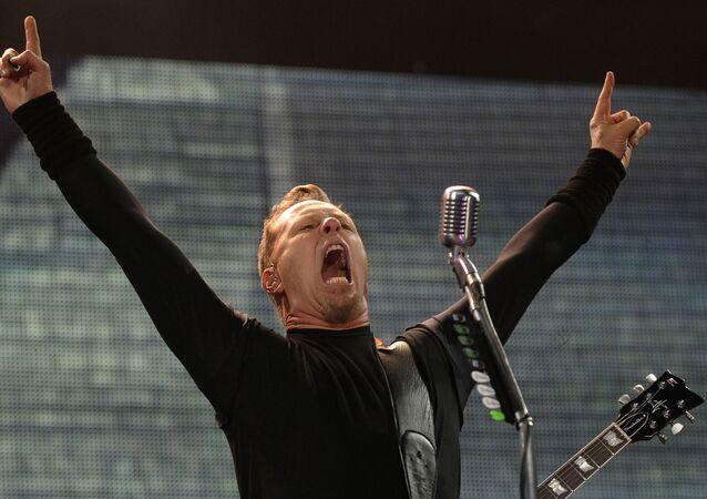 Lider amerykańskiego zespołu metalowego Metallica na koncercie w Polsce