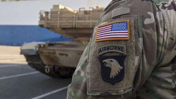 Amerykański żołnierz obserwuje rozładunek amerykańskiego sprzętu wojskowego w niemieckim mieście Bremerhaven. Zdjęcie archiwalne - Sputnik Polska