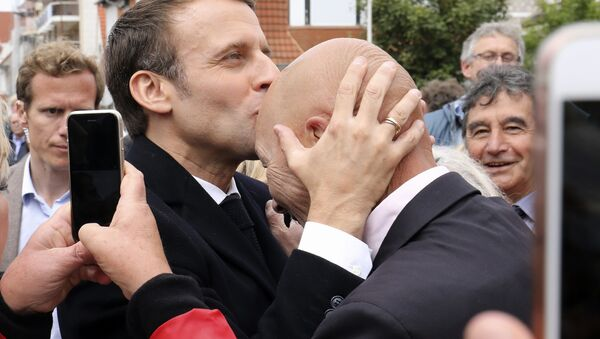 Prezydent Francji Emmanuel Macron ze swoimi zwolennikami po wyborach do PE - Sputnik Polska