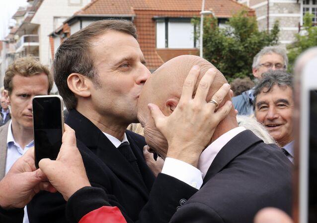 Prezydent Francji Emmanuel Macron ze swoimi zwolennikami po wyborach do PE