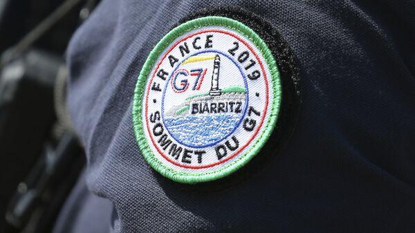 Oficer policji z naszywką G7, Francja - Sputnik Polska