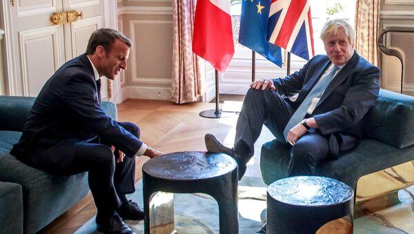 Prezydent Francji Emmanuel Macron i premier Wielkiej Brytanii Boris Johnson podczas spotkania w Paryżu - Sputnik Polska