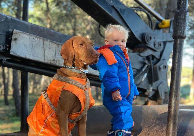 Brytyjska rodzina, w której wychowuje dziecko trener psów