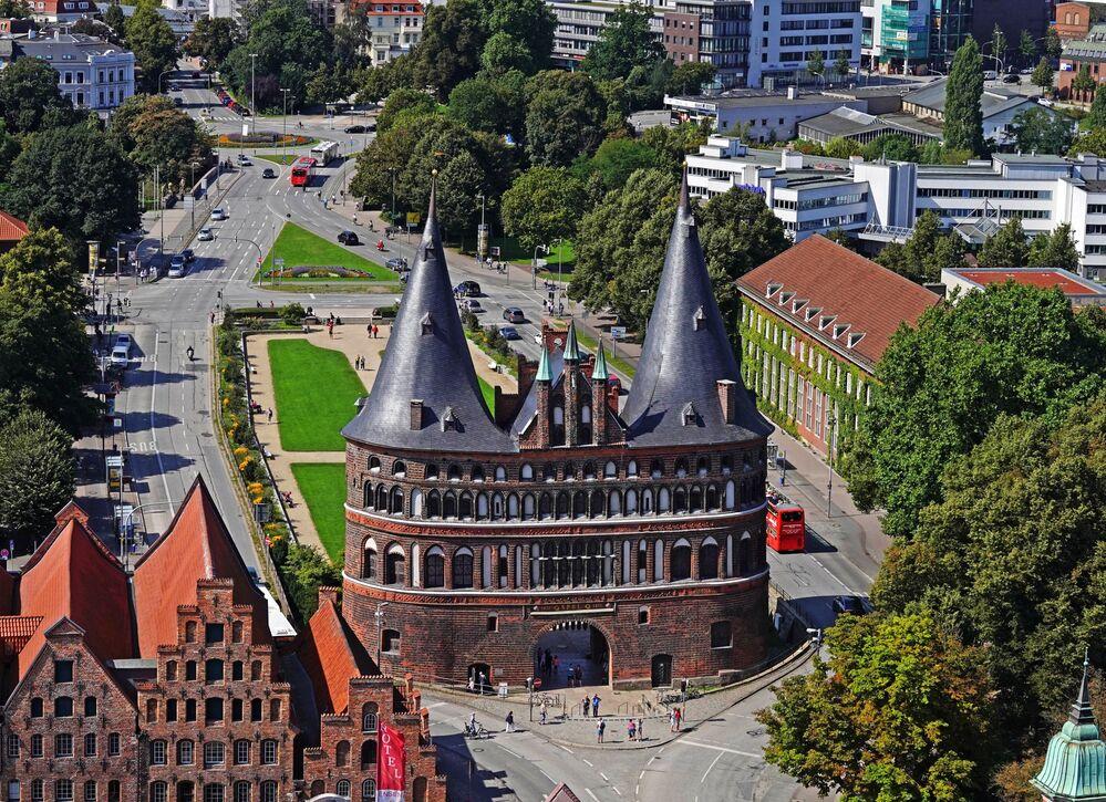 Holstentor – średniowieczna brama miejska miasta Lubeka, zbudowana w XV wieku.
