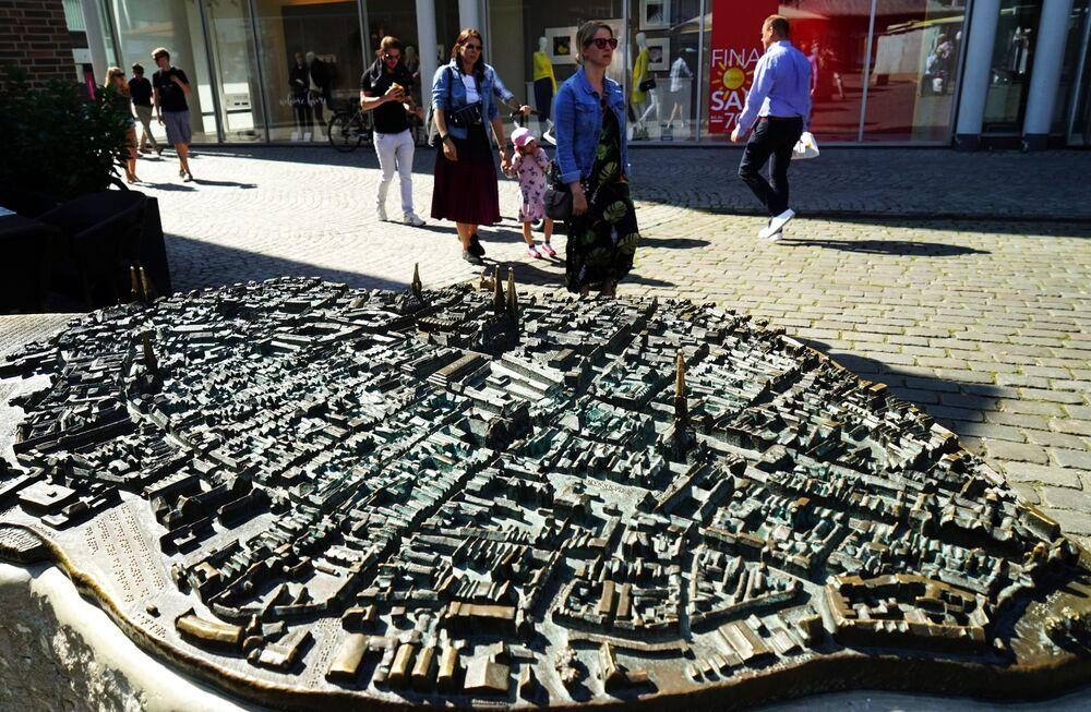 Brązowy model średniowiecznego miasta na rynku w Lubece.