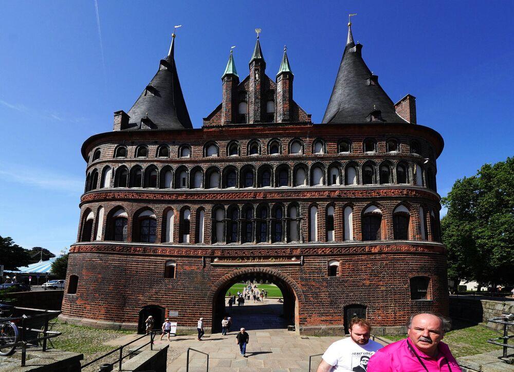 Holstentor - średniowieczna brama miejska miasta Lubeka, zbudowana w XV wieku.