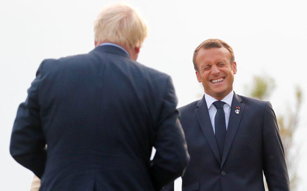 Prezydent Francji Emmanuel Macron wita Borisa Johnsona na G7 w Biarritz