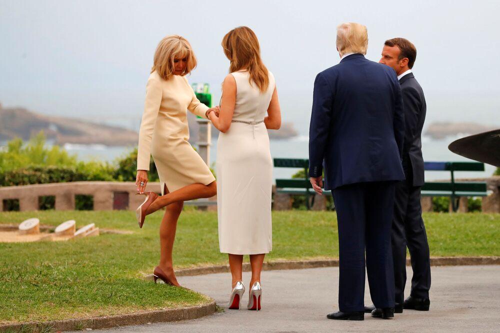 Francuski prezydent Emmanuel Macron i jego żona Brigitte witają prezydenta Donalda Trumpa i jego żonę Melanię