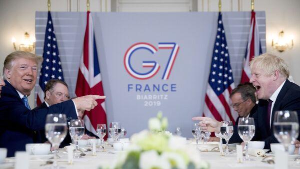 Donald Trump i Boris Johnson podczas śniadania biznesowego w Biarritz  - Sputnik Polska