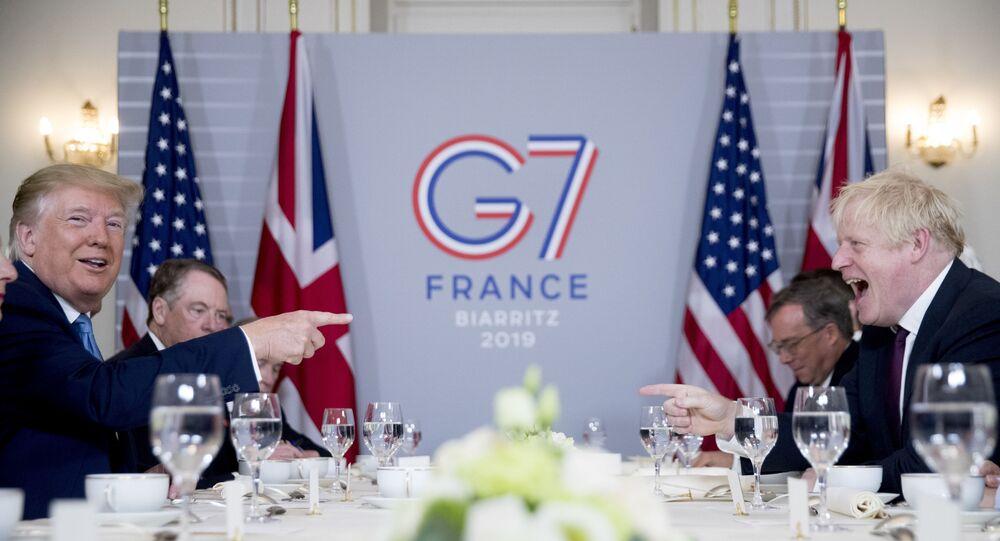 Donald Trump i Boris Johnson podczas śniadania biznesowego w Biarritz