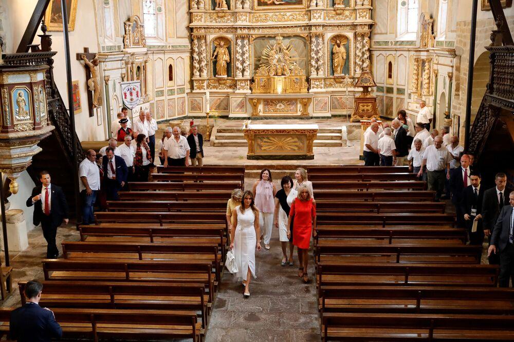 Pierwsze damy w kościele Saint-Etienne w miejscowości Espelette