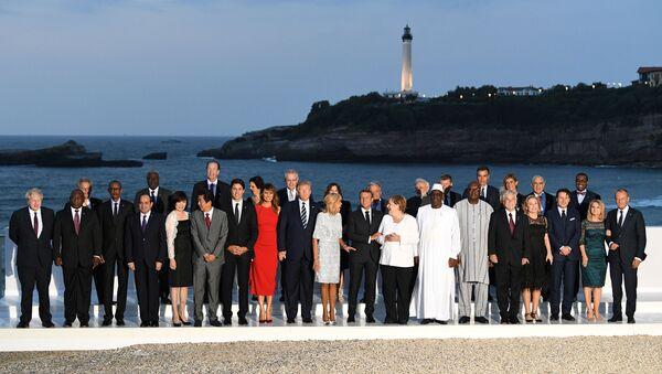 Fotografia grupowa liderów szczytu G7 we Francji  - Sputnik Polska