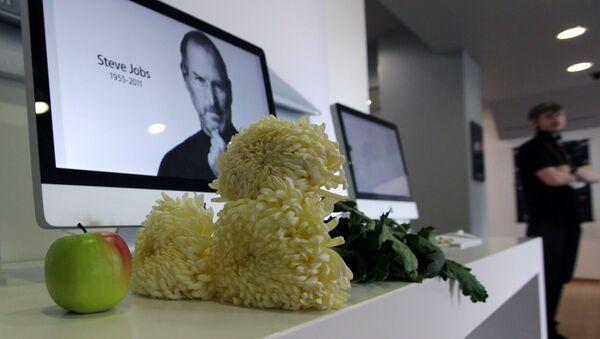 Zdjęcie założyciela Apple Steve'a Jobsa na monitorze komputera iMac w sklepie re:Store - Sputnik Polska