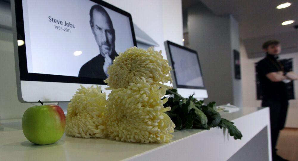 Zdjęcie założyciela Apple Steve'a Jobsa na monitorze komputera iMac w sklepie re:Store