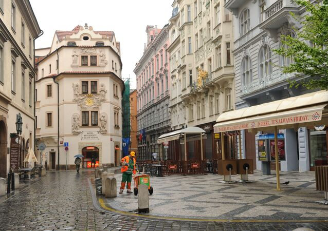 Pracownik na jednej z ulic w Pradze