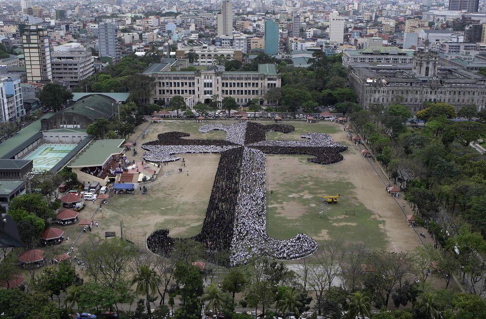 Filipińscy studenci, wykładowcy i pracownicy Uniwersytetu Santo Tomas stworzyli Krzyż Dominikański. Krzyż składał się z ponad 20 000 osób.