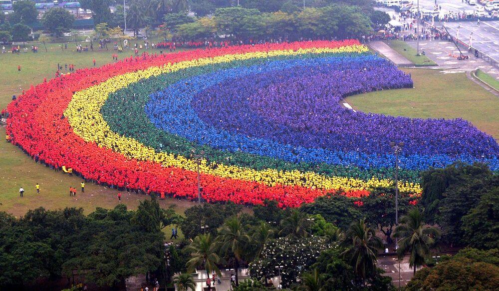 31 000 studentów z Filipin tworzy największą ludzką tęczę, 2004 rok