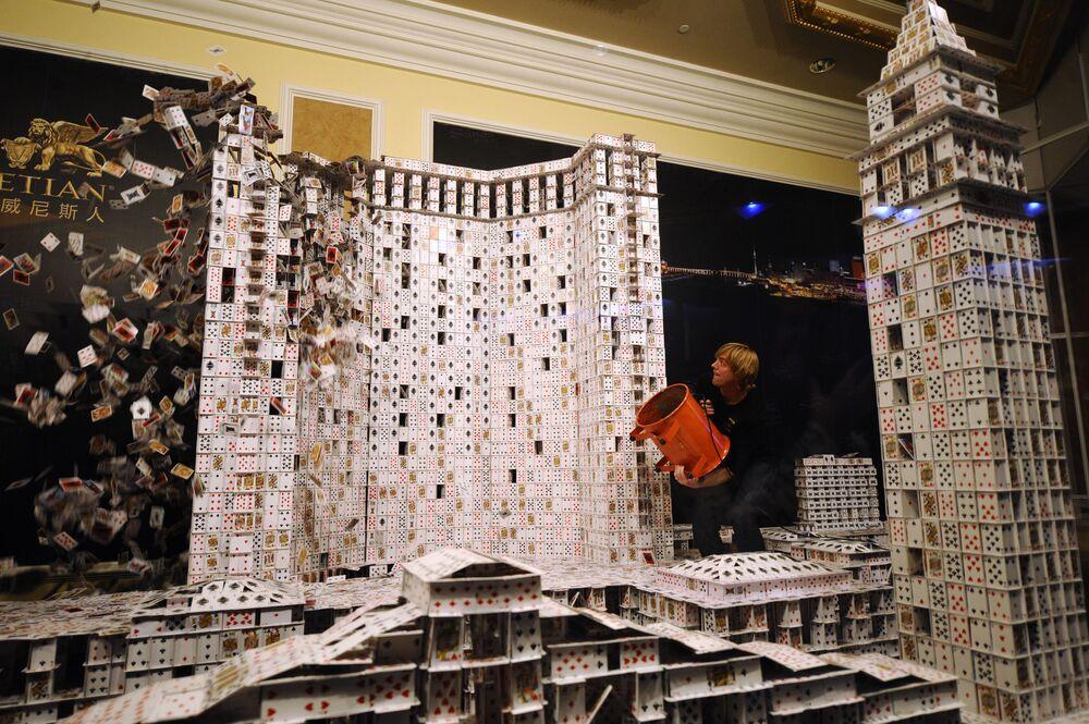 Największa karciana replika istniejącej budowli