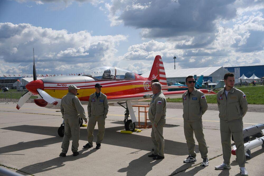Piloci przy rosyjskim samolocie szkolno-treningowym Jak-152 na Międzynarodowy Salon Lotniczy i Kosmiczny MAKS 2019