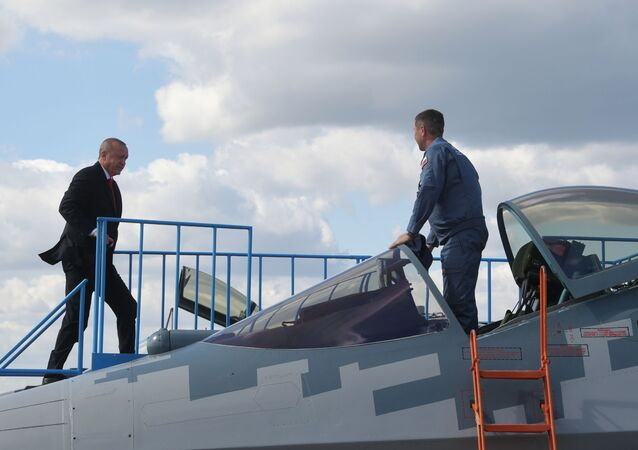 Prezydent Turcji ogląda myśliwiec Su-57 podczas Międzynarodowego Salonu Lotniczego i Kosmicznego MAKS 2019