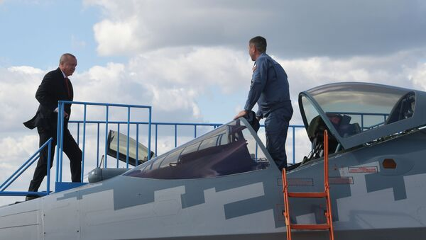 Prezydent Turcji ogląda myśliwiec Su-57 podczas Międzynarodowego Salonu Lotniczego i Kosmicznego MAKS 2019  - Sputnik Polska