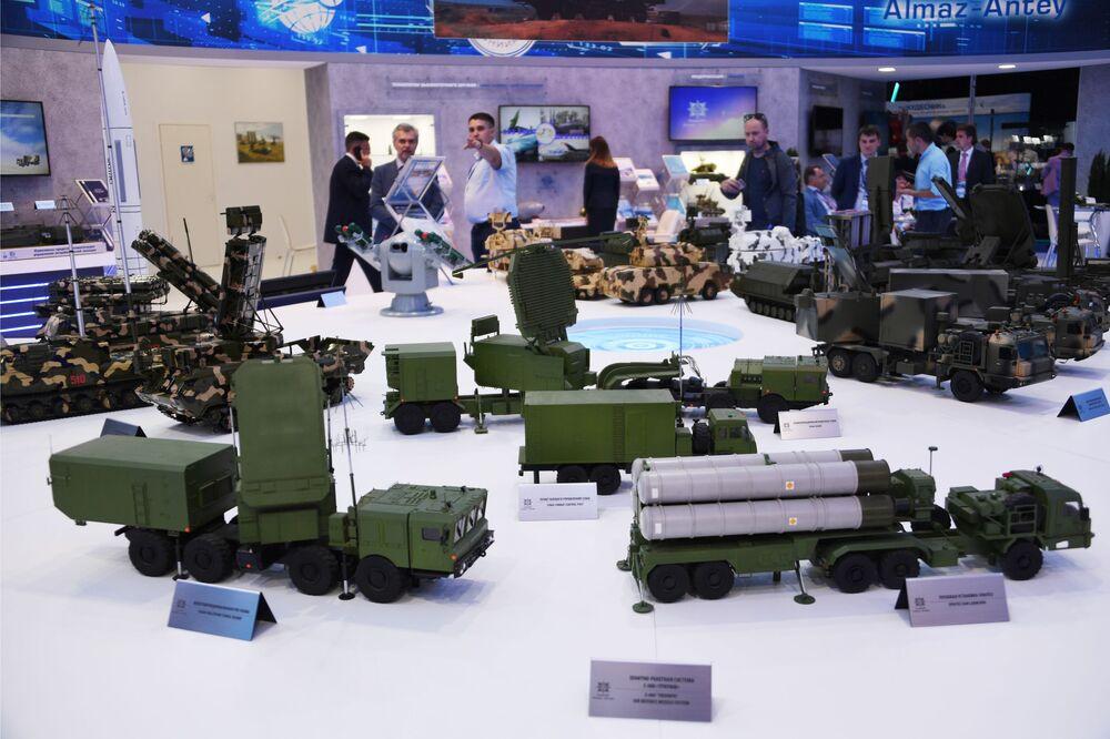 Makiety rosyjskiego systemu rakietowego S-400 Triumf na Międzynarodowym Salonie Lotniczym i Kosmicznym MAKS 2019