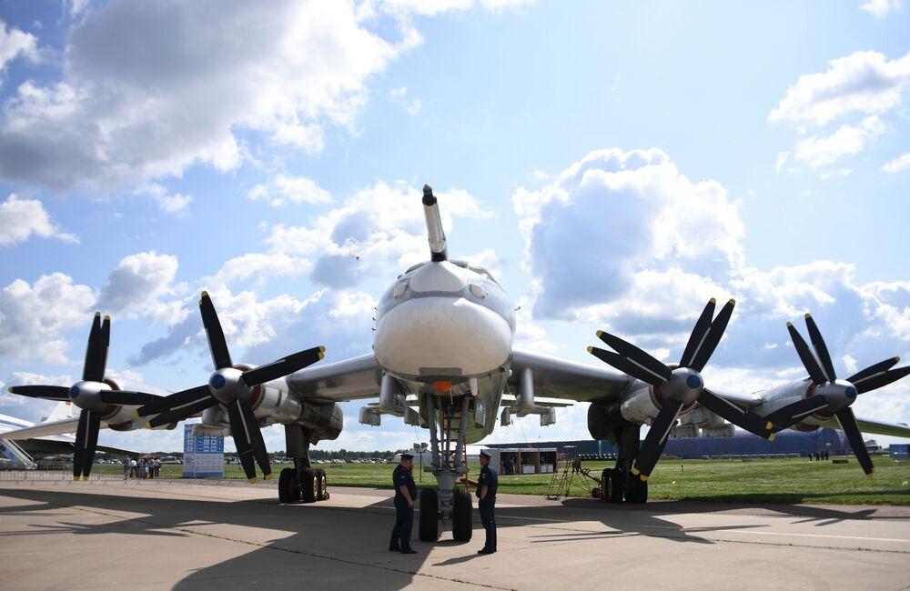 Radziecki strategiczny samolot bombowy Tu-95 na Międzynarodowym Salonie Lotniczym i Kosmicznym MAKS 2019