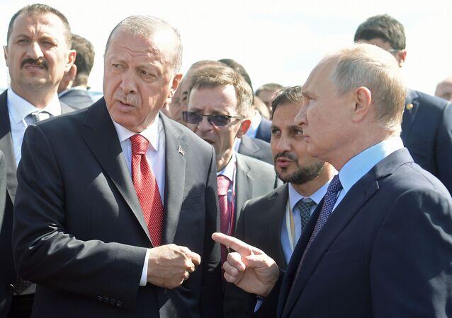 Prezydent Rosji Władimir Putin i prezydent Turcji Recep Tayyip Erdogan podczas wizyty na Międzynarodowym Salonie Kosmicznym MAKS 2019