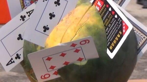 11-letni ninja tnie kartami do gry arbuzy - Sputnik Polska
