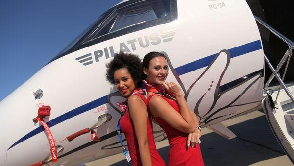 Dziewczyny fotografują się przy szwajcarskim samolocie Pilatus PC-24 podczas Salonu Lotniczego i Kosmicznego MAKS 2019  - Sputnik Polska