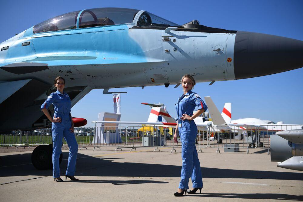 Dziewczyny przy rosyjskim myśliwcu MiG-35 podczas Salonu Lotniczego i Kosmicznego MAKS 2019