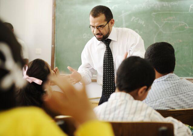 Zirytowany nauczyciel w klasie