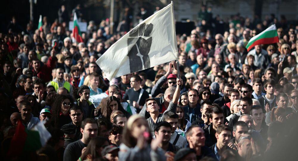 Ludzie na wiecu antyrządowym w Sofii w Bułgarii