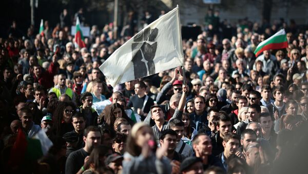 Ludzie na wiecu antyrządowym w Sofii w Bułgarii - Sputnik Polska