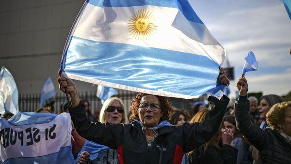 Zwolennicy prezydenta Argentyny Mauricio Macri z flagą Argentyny podczas marszu w Buenos Aires - Sputnik Polska