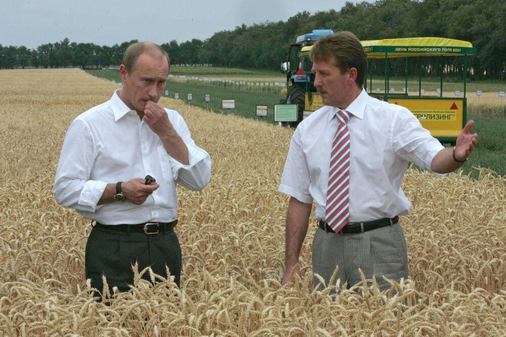 Władimir Putin w polu zbóża