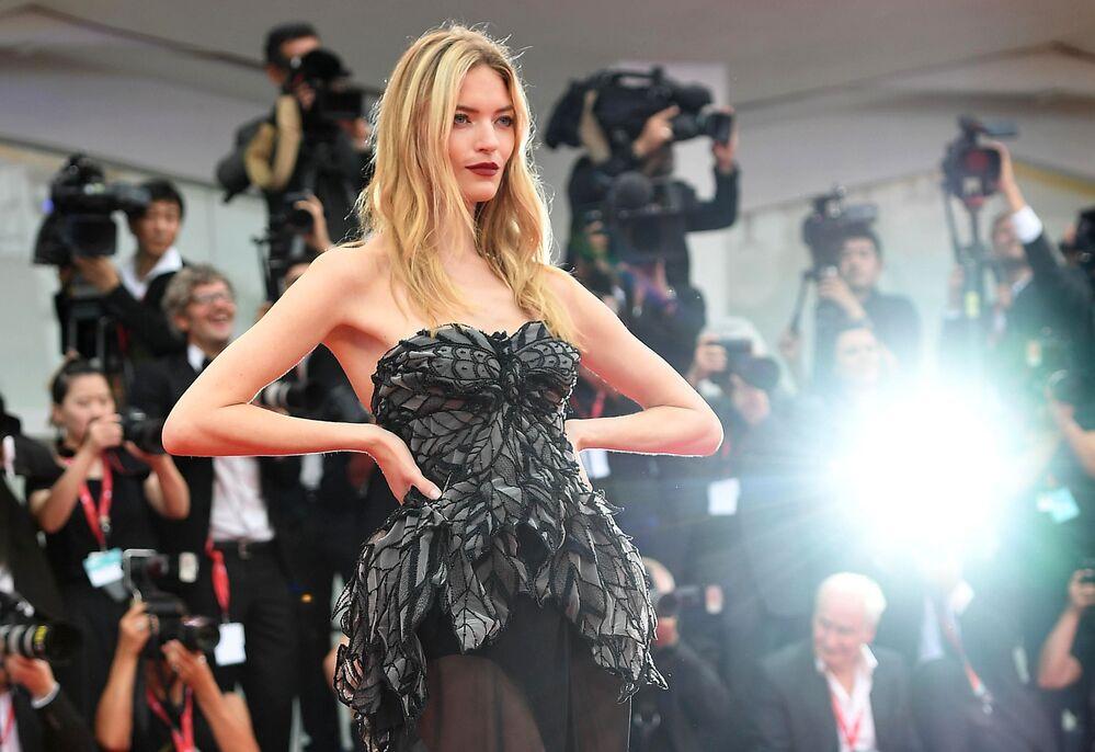 Amerykańska top modelka Martha Hunt na czerwonym dywanie podczas ceremonii otwarcia 76. Międzynarodowego Festiwalu Filmowego w Wenecji.