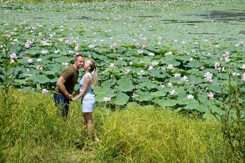 """Odwiedzający festiwal """"Lotus-2019"""" nad jeziorem """"Basen"""" w Przymorzu."""