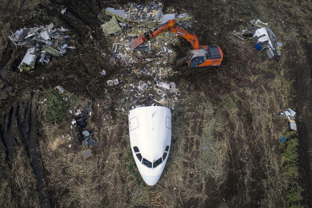 Usunięcie samolotu Airbus A321 z miejsca wypadku.