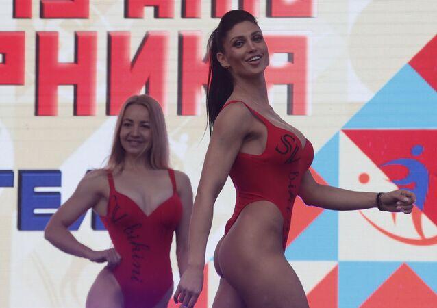 Dziewczyny pozujące na scenie w ramach obchodów Dnia Sportu w Moskwie.