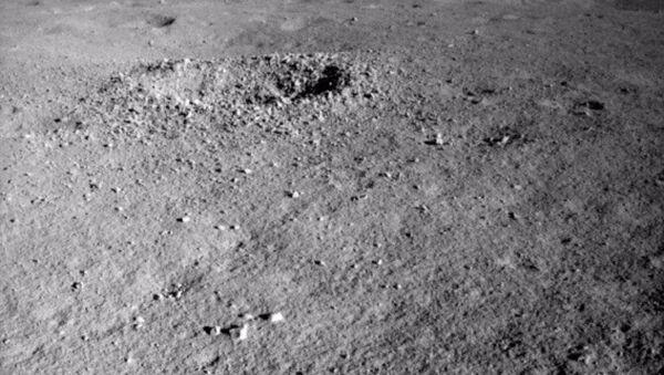 Chiński łazik Yutu-2, który od początku roku bada niewidoczną z Ziemi powierzchnię Księżyca, sfotografował 25 lipca dziwną, żelowatą substancję. - Sputnik Polska