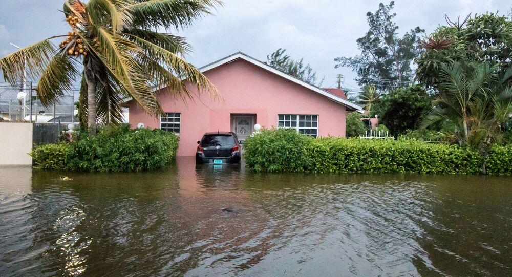 Zalane ulice w wyniku przejścia huraganu Dorian na Bahamach