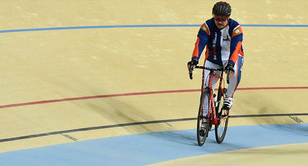 Aleksandr Łukaszenka na torze rowerowym miasteczka olimpijskiego w Turkmenistanie