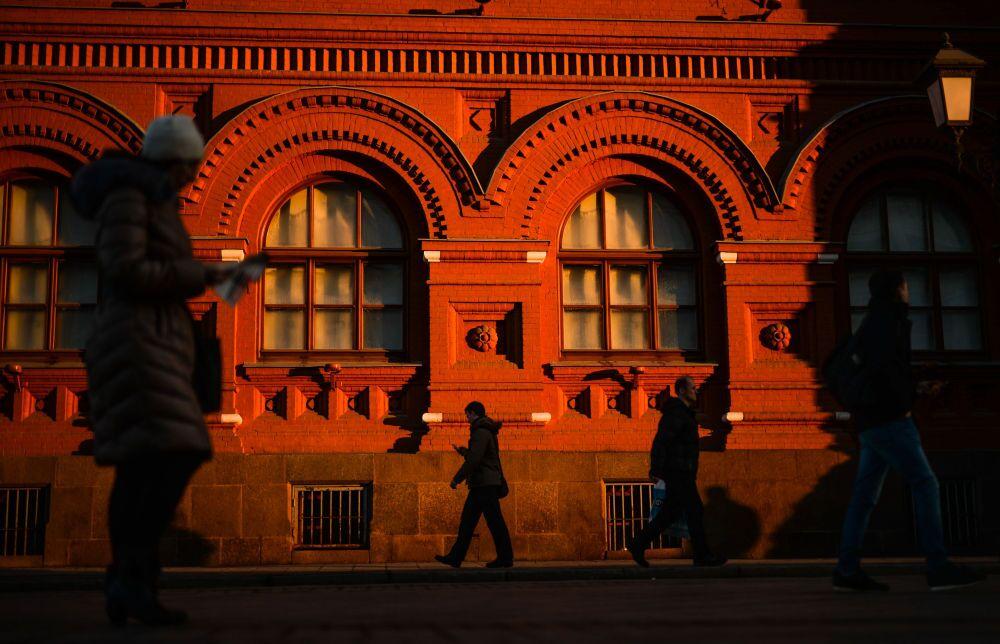 Mieszkańcy Moskwy na Placu Rewolucji