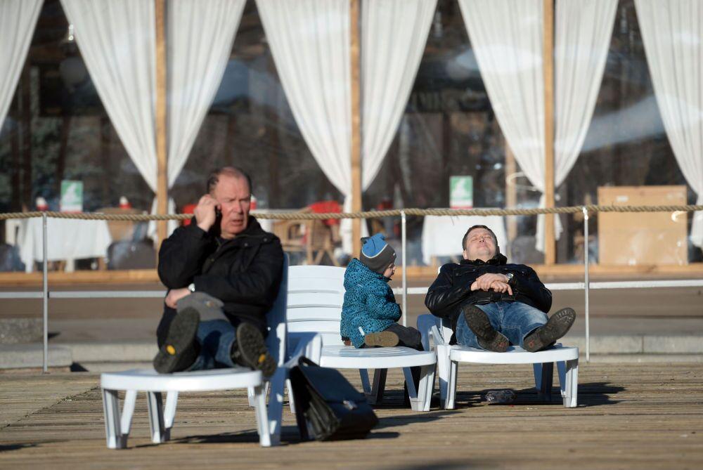 Mieszkańcy Moskwy wypoczywają w parku Sokolniki.